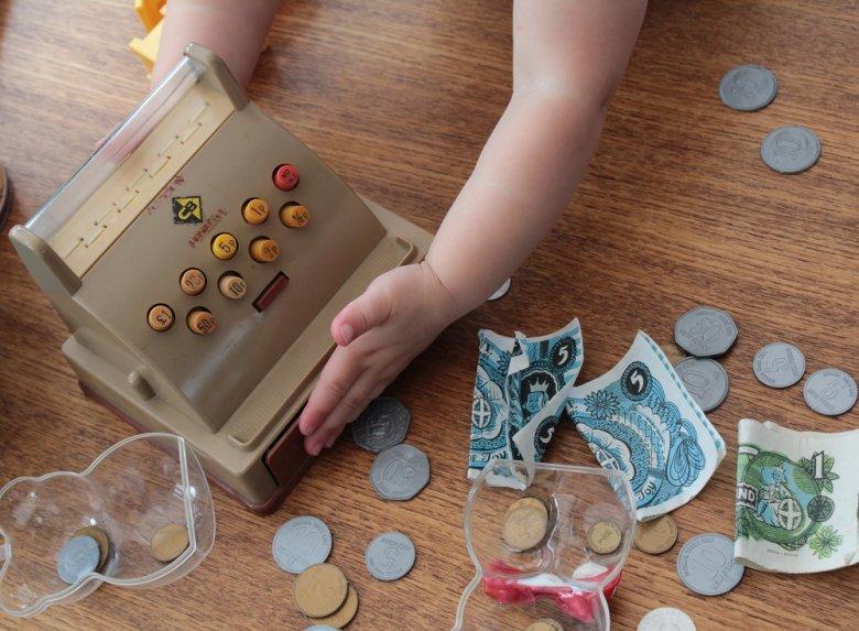 Dijete od malih nogu može učiti o vrijednosti novca