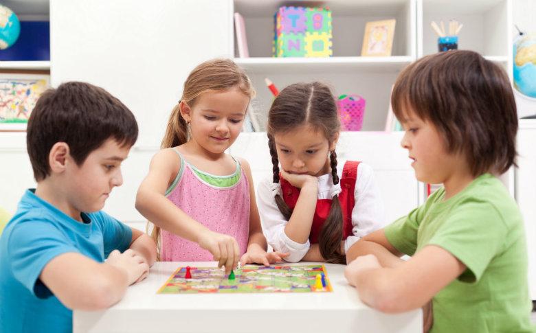 Dijete je spremno slijediti pravila i igrati se u društvu najranije s 3,5 godine. Neka to usoiju tek s 5 godina