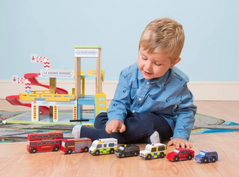 Dječaci se obožavaju igrati autićima