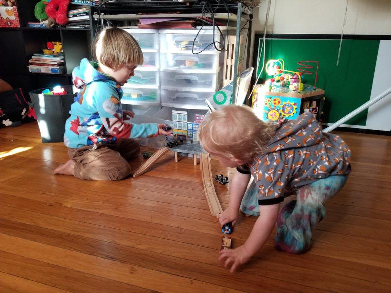 Igra dvoje djece kod kuće