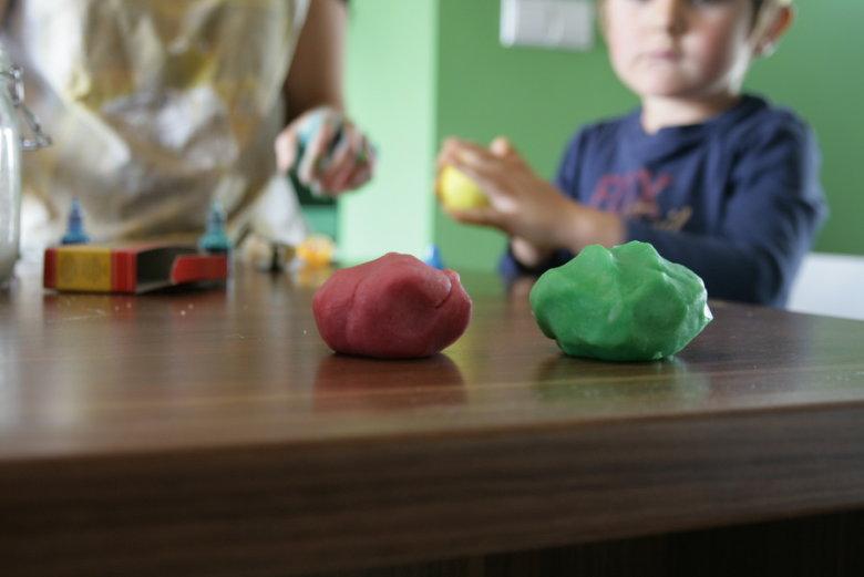 Plastelin kojeg kod kuće napravite s djetetom dobra je zabava